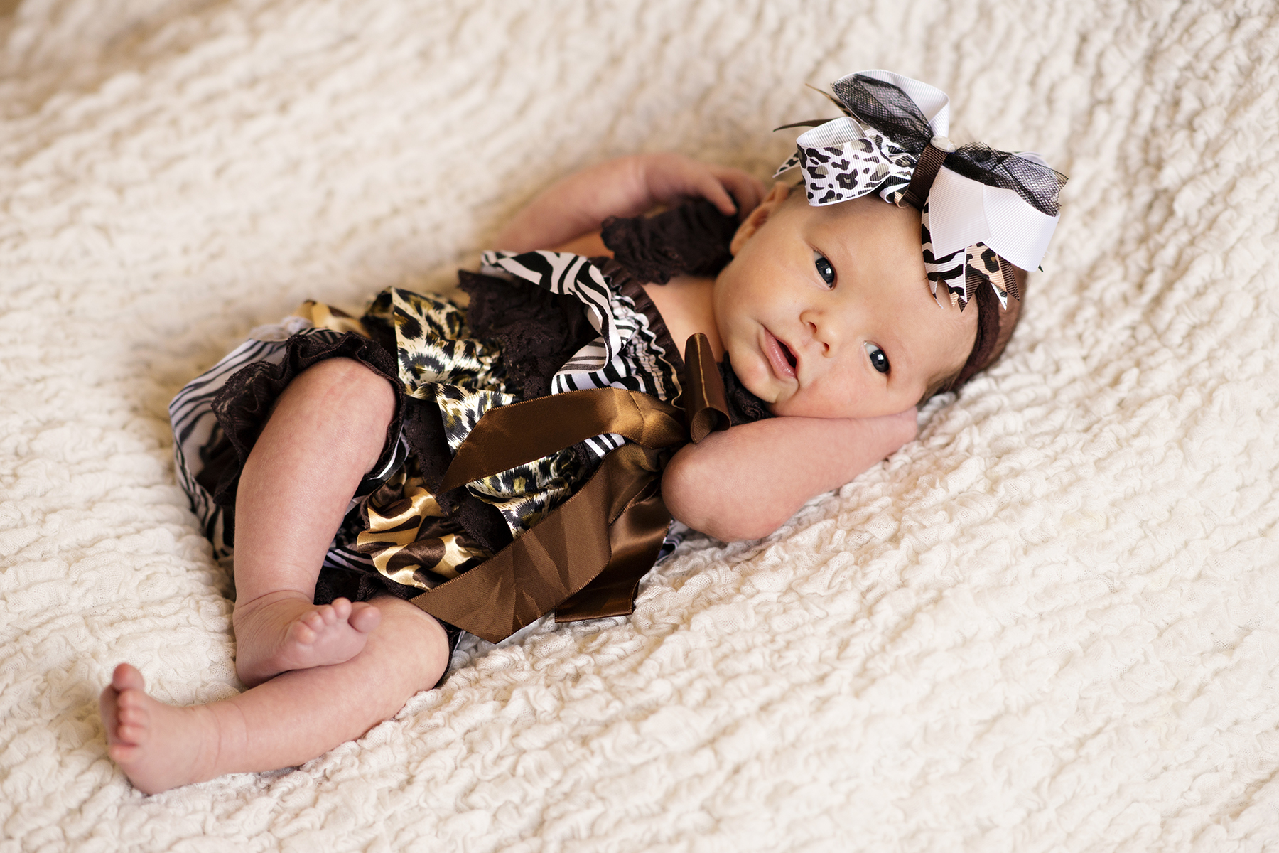 Newborn Pictures content baby head bow